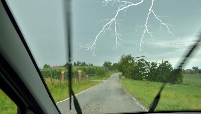 Así te proteges de una tormenta eléctrica en el coche