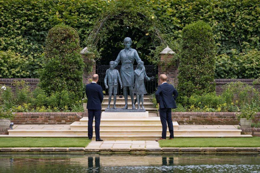 Harry y William inauguran la estatua de Lady Di