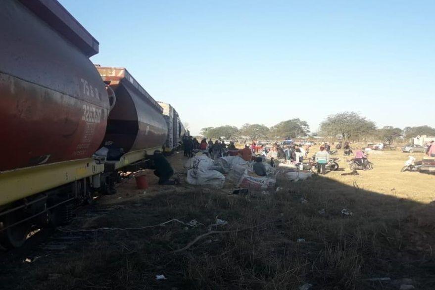 Saquearon un tren con maíz y se llevaron miles de kilos del cereal