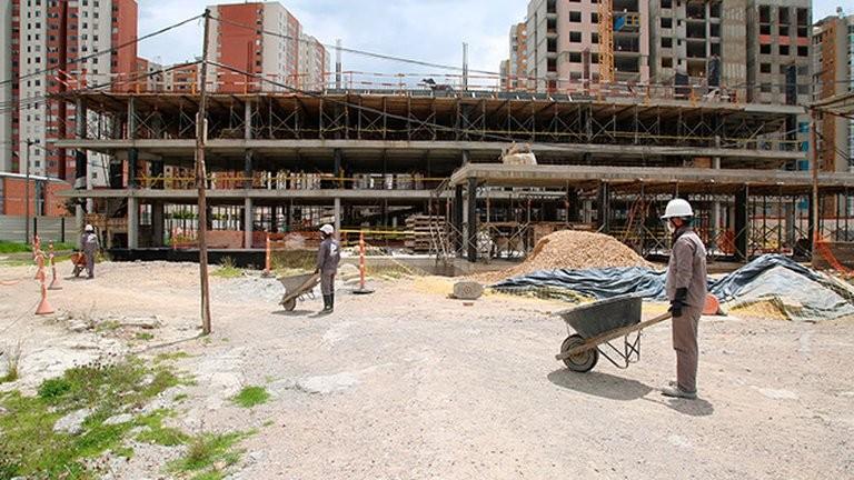 La actividad construcción y la industrial cayeron en mayo respecto a abril