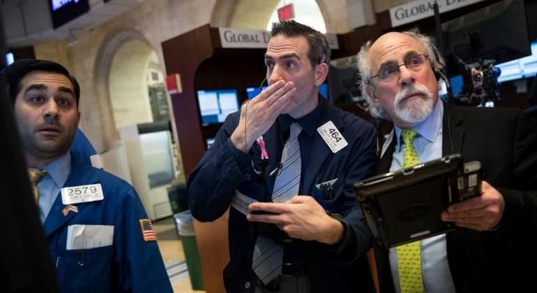 Wall Street opera en bajada en el inicio de la semana