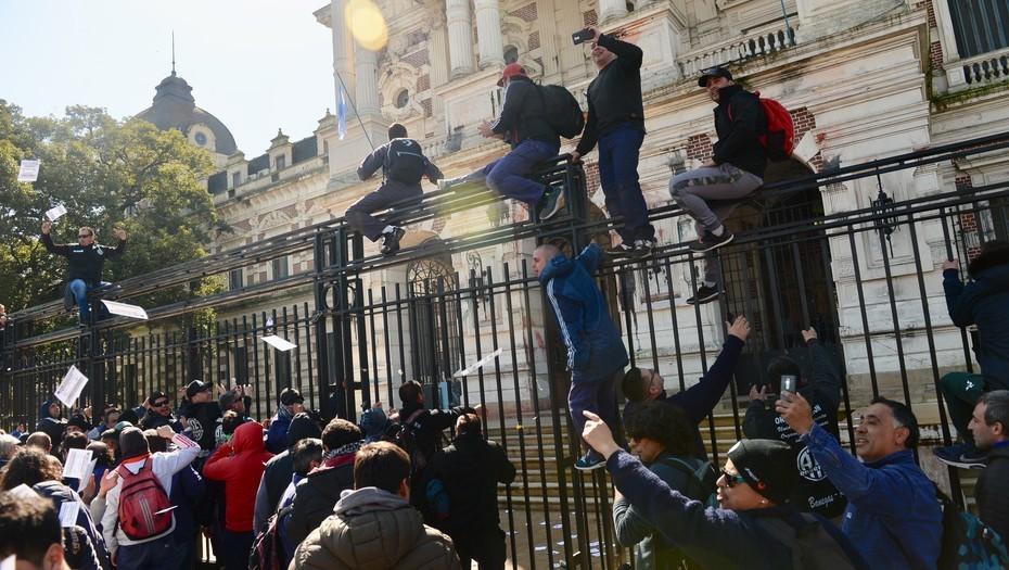 Trabajadores ATE intentan ingresar a la Gobernación