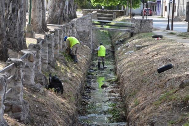 Ejecutan tareas de desmalezado y limpieza en el canal Tineo