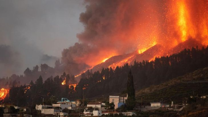 El volcán Cumbre Vieja deja miles de evacuados y un río de más de 1.000°C