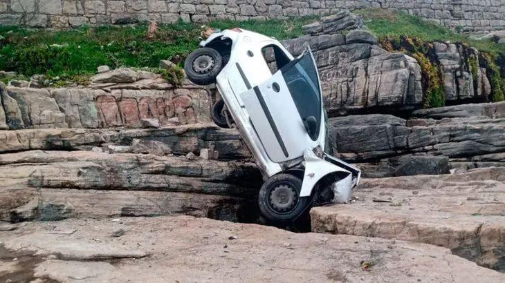 Un auto cayó y quedó incrustado entre las piedras