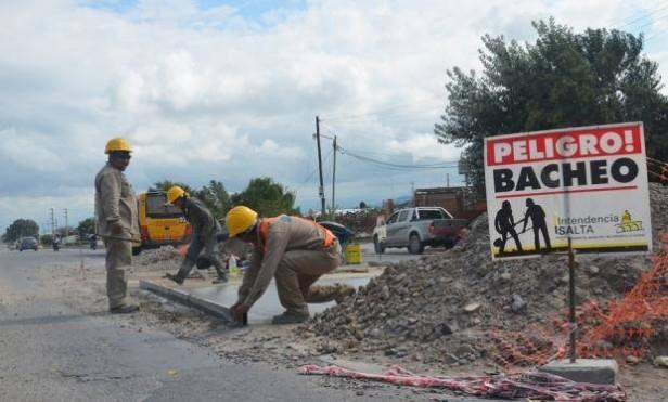 Barrios El Huaico y Ciudad del Milagro se ejecutaron tareas de bacheo en los accesos