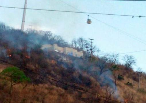 Controlar un incendio que consumió parte del cerro San Bernardo
