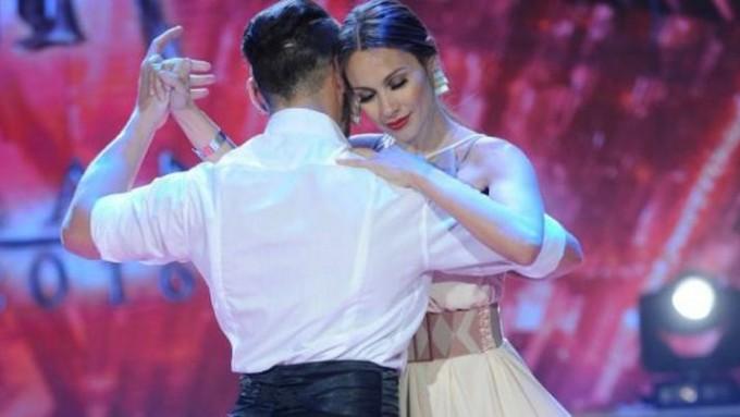 Pampita improvisó una coreografía de tango y la rompió
