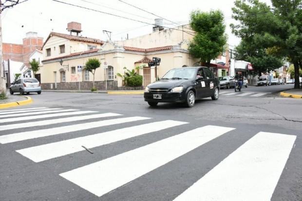 Se pintan las sendas peatonales de calle Córdoba