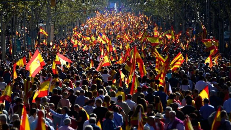 Miles de manifestantes desembarcan en Barcelona para defender la unidad de España