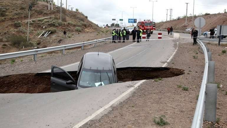 """Se abrió un agujero en plena ruta y se """"tragó"""" a un auto"""