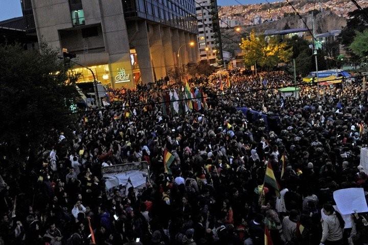 Bolivia: manifestantes quemaron oficinas electorales en Sucre y Potosí