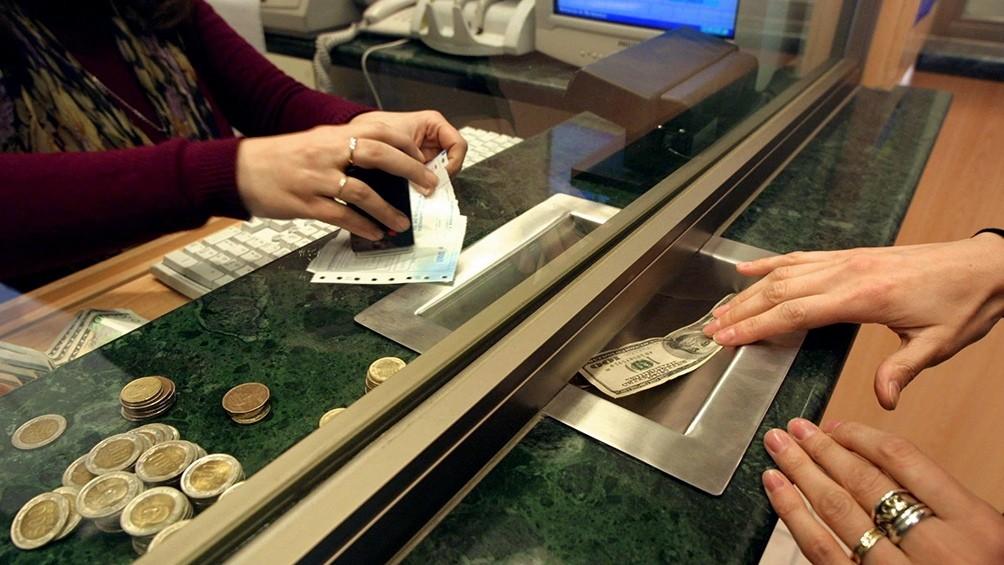 El dólar cerró en baja a $63,22 promedio
