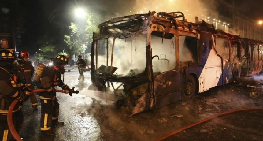 Santiago de Chile: Incendios, saqueos y graves disturbios