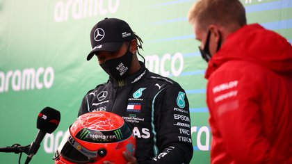 Mick Schumacher le regaló un casco de su padre a Hamilton