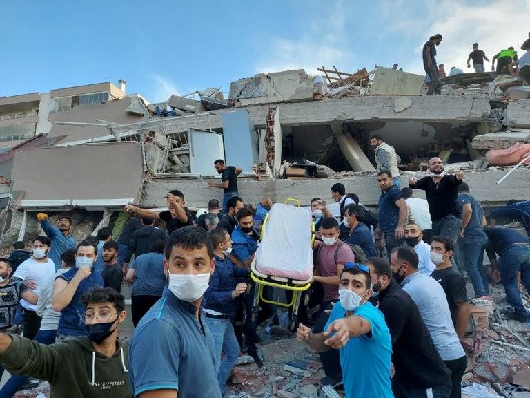 Terremoto de 6,7 grados y tsunami en el Mar Egeo y replicó en Turquía