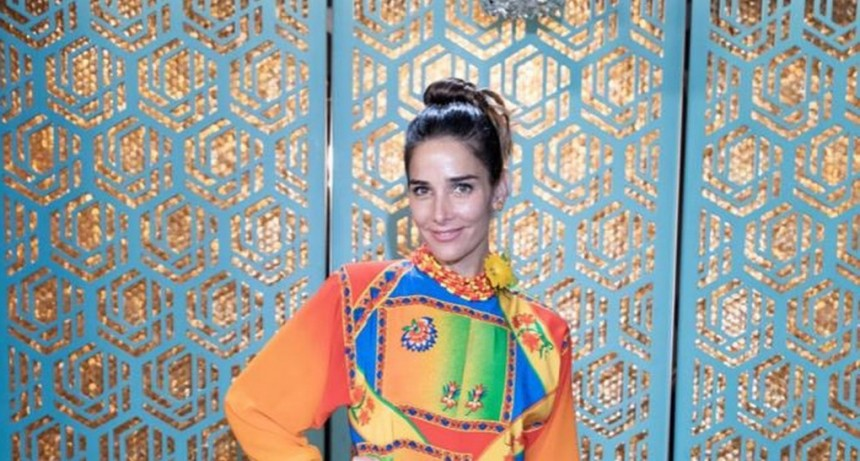 Juana deslumbró con unvestido multicolor