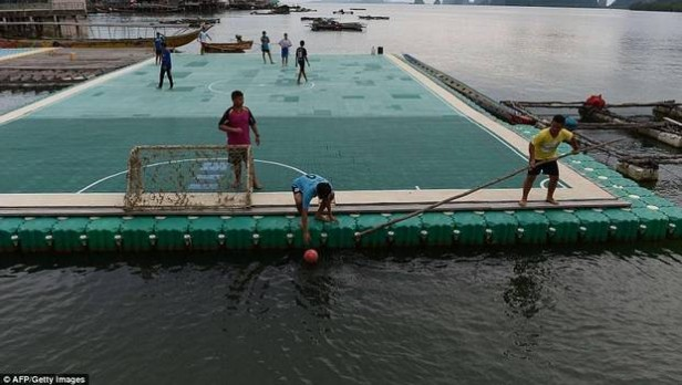 La sorprendente cancha de fútbol que flota sobre aguas azules