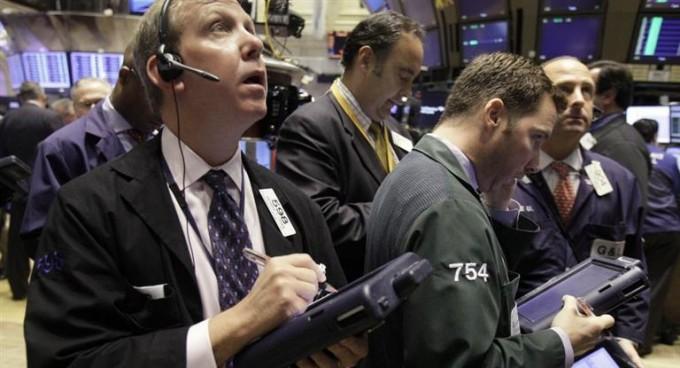 Por el guiño del FBI a Clinton, Wall Street y Europa ganan hasta un 2,3%