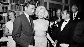 Pagan una fortuna por el vestido que Marilyn Monroe usó para cantarle a Kennedy