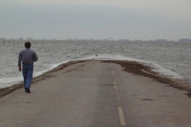 Laguna La Picasa: por sus desbordes cierran los tambos, emigra la gente y en los pueblos se fisuran las casas