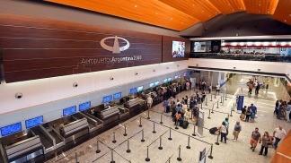 Demoras y cancelaciones en Aeroparque por una asamblea gremial