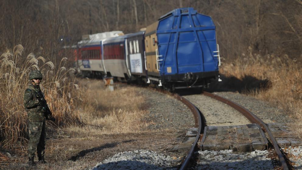 Un tren de Corea del Sur cruza el límite con el Norte