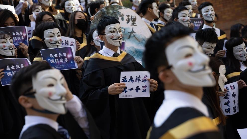 Pekín cuestiona la decisión de anular la ley anti-máscaras