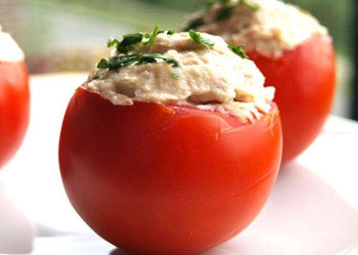 Tomates rellenos de atún, fácil y resultòn