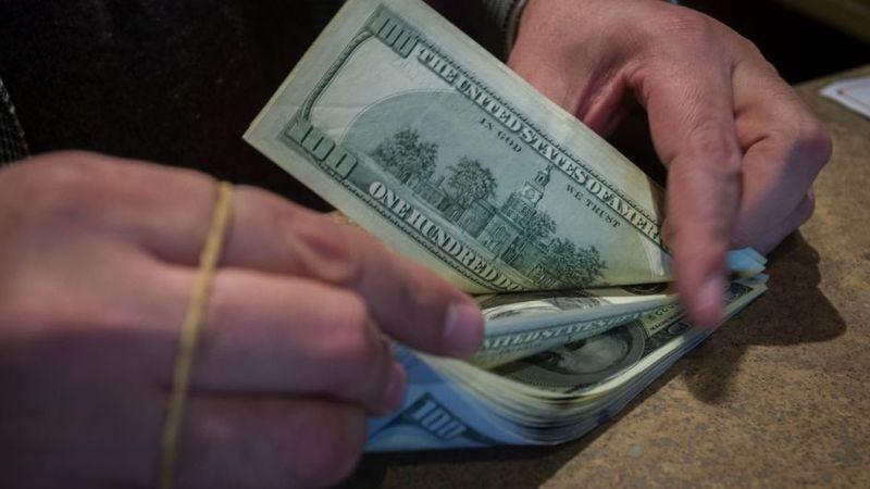 El dólar blue cerro a $157 en su novena baja