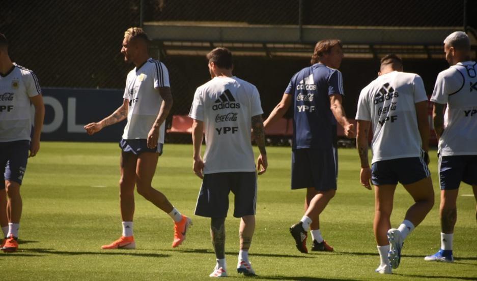 La selección está en un mar de dudas para enfrentar mañana a Paraguay