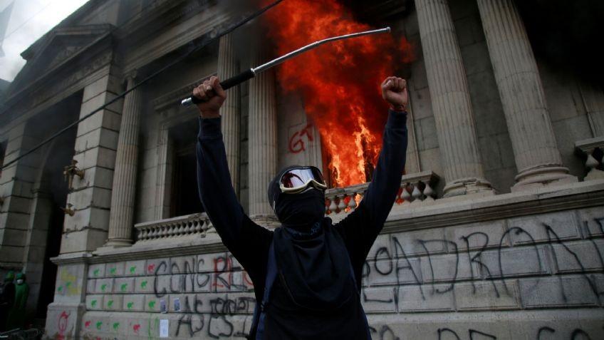Guatemala: las protes Incendian el Congreso y hay grave crisis institucional