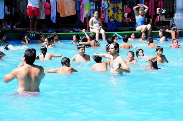 El municipio dicta clases de natación para los chicos en verano