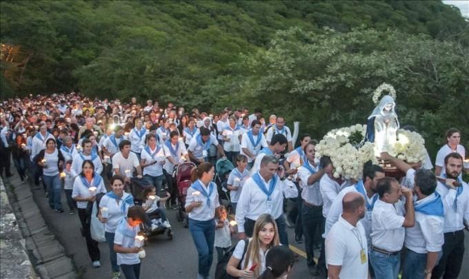 La Virgen del Cerro acompañada de una multitud de fieles