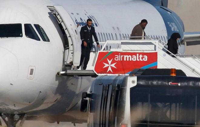 Los secuestradores del avión libio se rinden y son detenidos