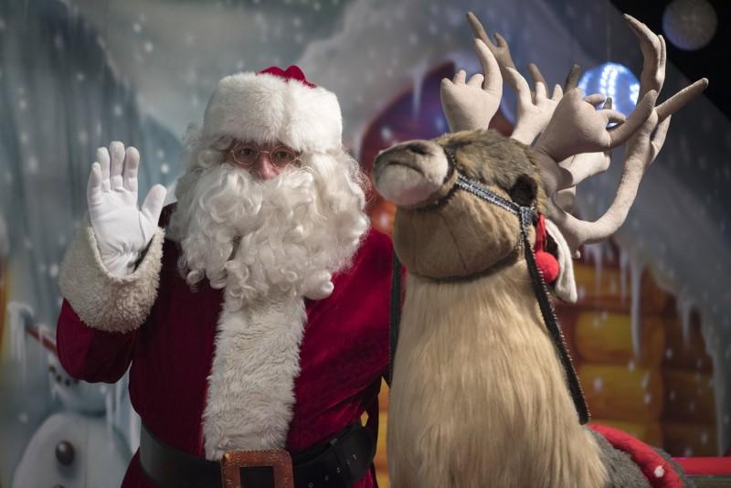 Un grupo de niños apedrea a Papá Noel tras quedarse sin caramelos