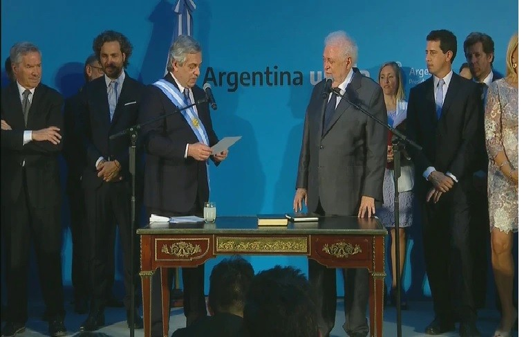 Alberto Fernandez toma juramento a sus ministros