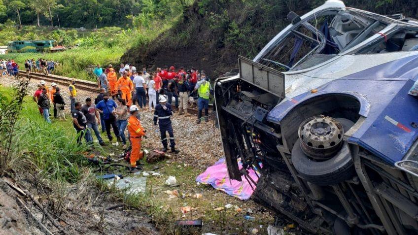 Un micro desbarrancado dejó 14 muertos en Brasil