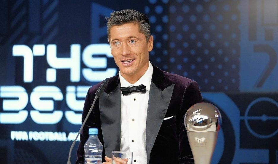 El premio FIFA The Best en manos del polaco Lewandowski